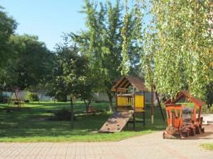 Parkosított udvarunkon harapni lehet a pilisi levegőt